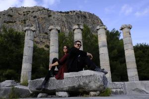 Athena Tapınağı'nda soluklanan iki gezgin